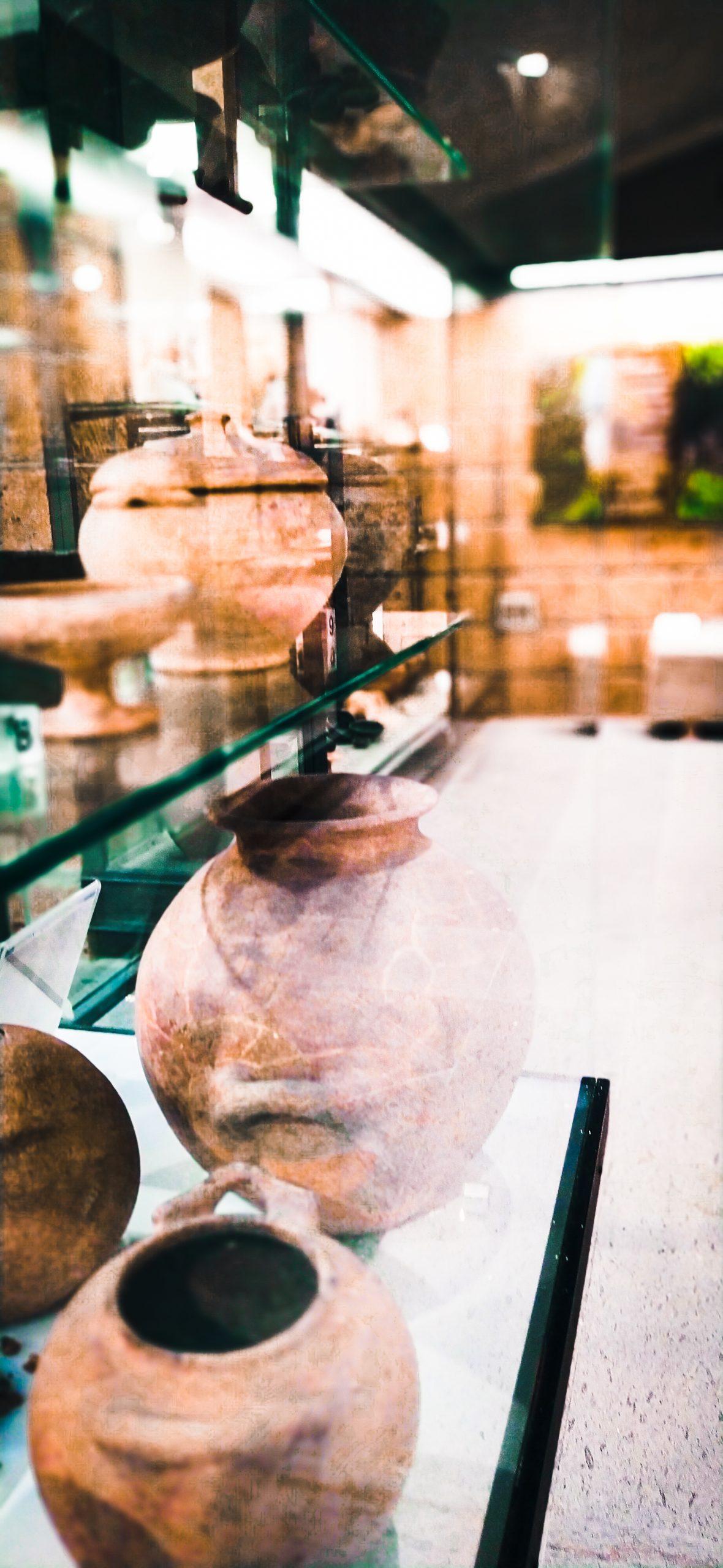 Museo-delle-Necropoli-di-Barbarano-Romano-interno-con-ceramica-etrusca-e-sarcofagi