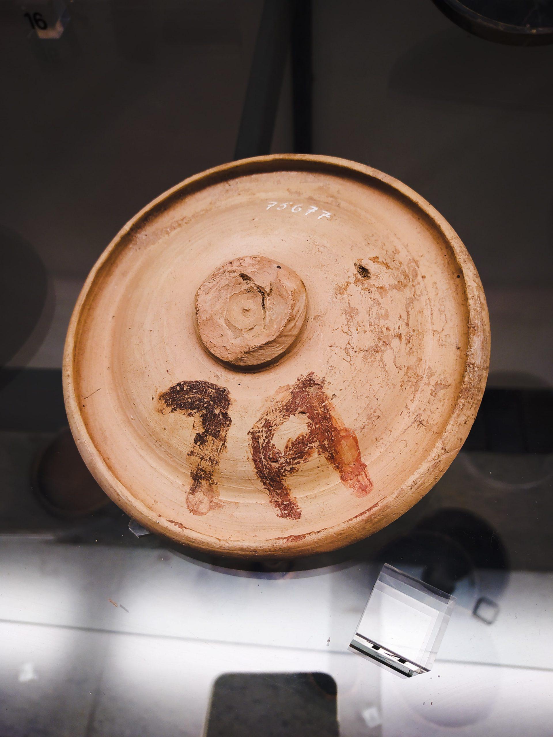 piattello-con-lettere-etrusche-dipinte