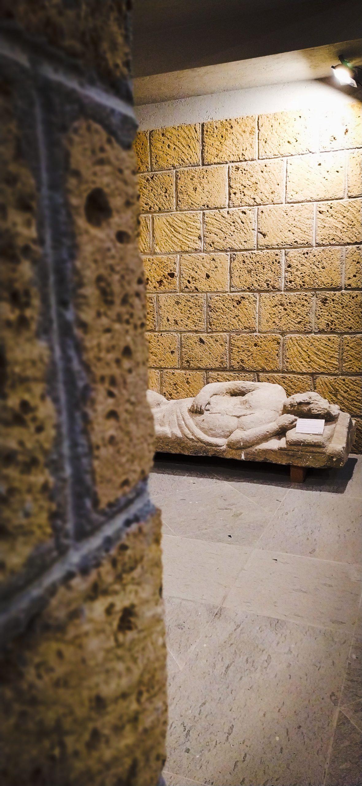 sarcofago-etrusco-di-uomo-con-coltello-Museo-delle-Necropoli-Rupestri-Barbarano-Romano-