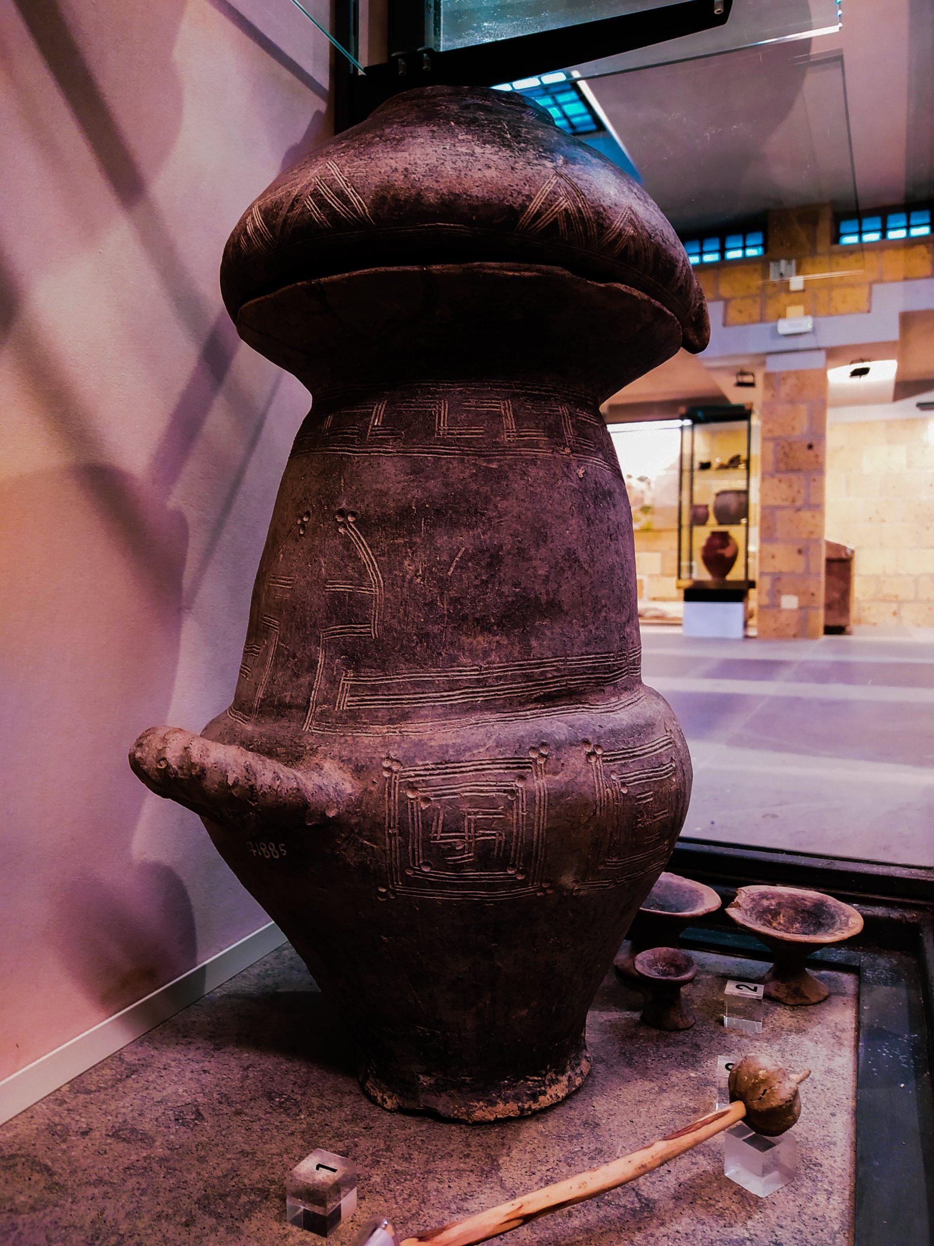 urna-villanoviana-etrusca-con-svastica-Museo-delle-Necropoli-Rupestri-Barbarano-Romano